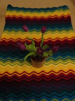 Ripple blanket and tulips (1) (600x800)