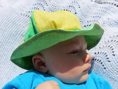 Baby R modelling his sunhat (4) (800x600)