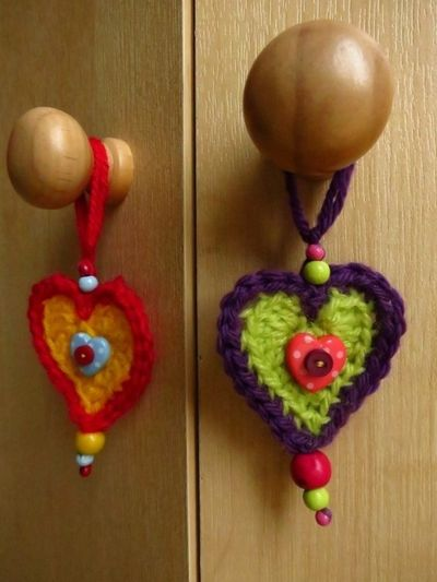 Crochet hearts on cupboard door handles (3) (600x800)