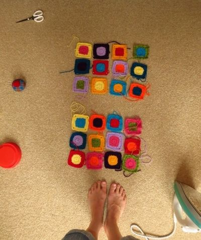 Pinning out crochet squares for bag (1) (600x800)