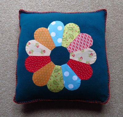 Finishing Dresden Plate Cushion (8)